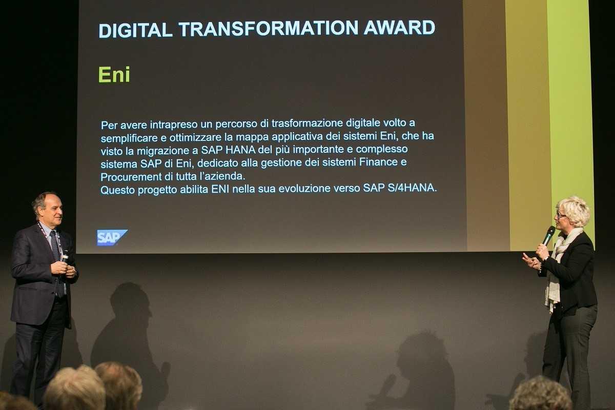 Dario Pagani, Executive Vice President & CIO di Eni, ritira il premio per la Digital Transformation Awards