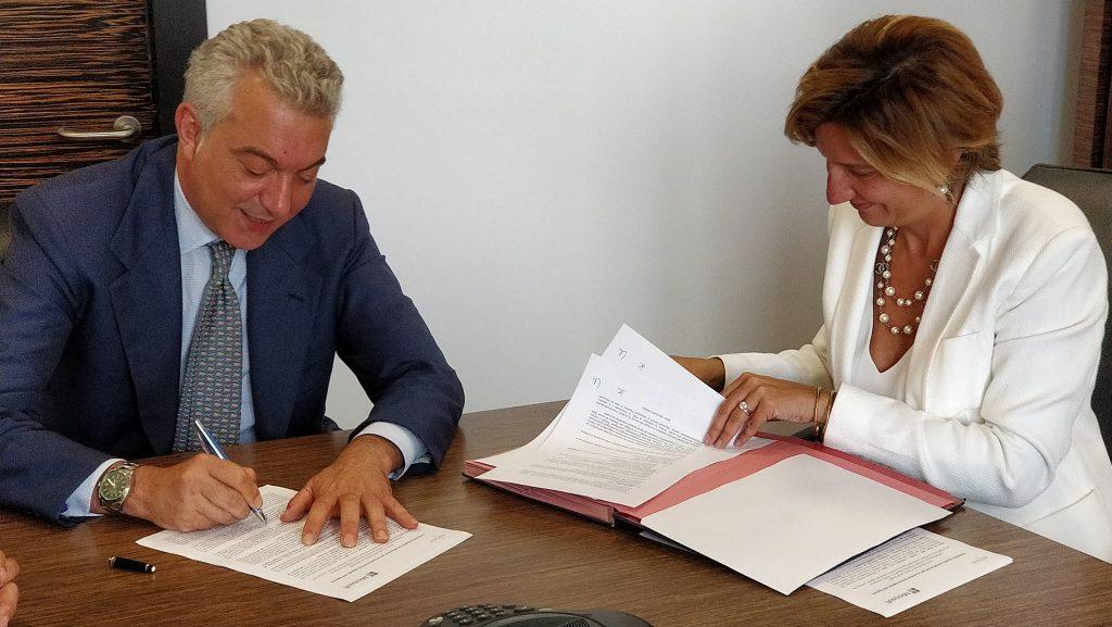 Domenico Arcuri, Amministratore Delegato di Invitalia e Silvia Candiani, Amministratore Delegato di Microsoft Italia alla firma dell'accordo