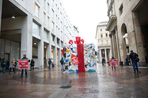 Milano, pacco dono di rifiuti di Greenpeace contro Black Friday