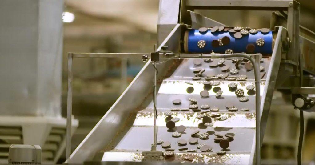 Deco Industrie, una fase della produzione di biscotti