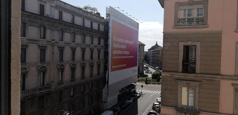 Illimitybank.com tappezza Milano
